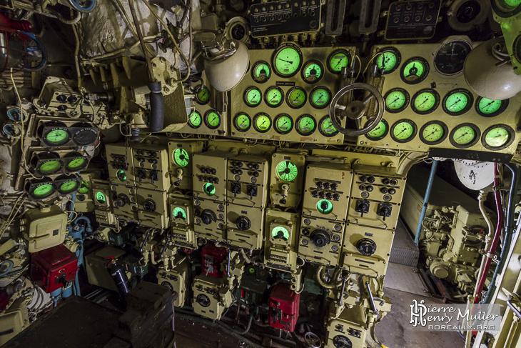 Panneau de contrôle des trois moteurs diesel du sous-marin Foxtrot