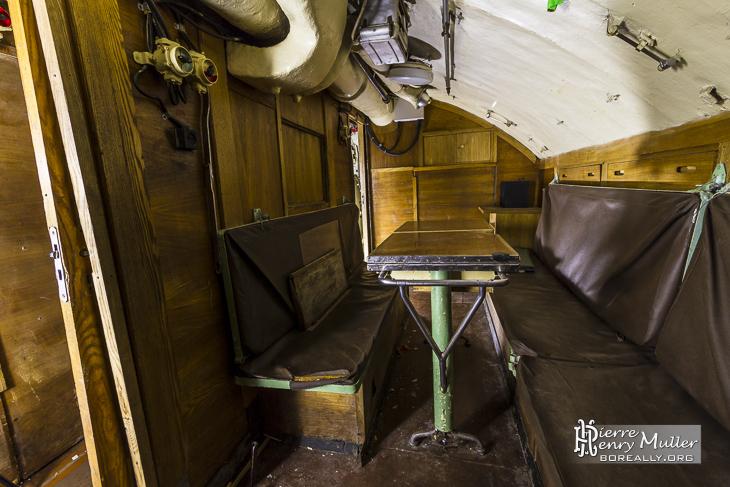 Wardroom servant de mess aux officiers du sous-marin