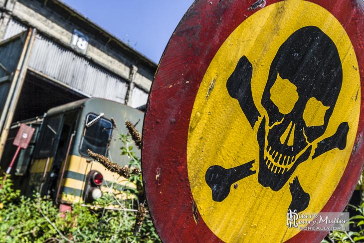 Panneau danger de mort au dépôt de trains