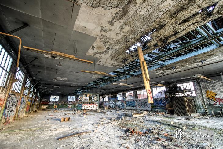 Etage dévasté dans la friche industrielle Valentine