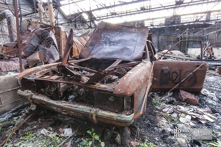 Friches industrielles, privées, militaires Friche-valentine-carcasse-voiture