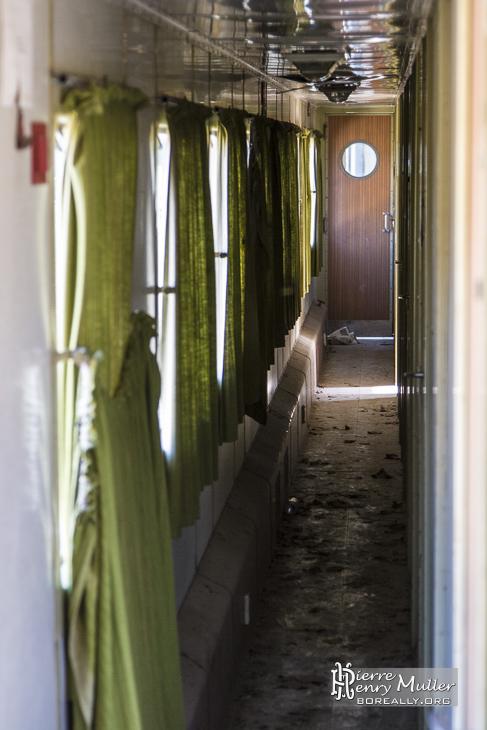 Intérieur d'une voiture ferroviaire abandonné