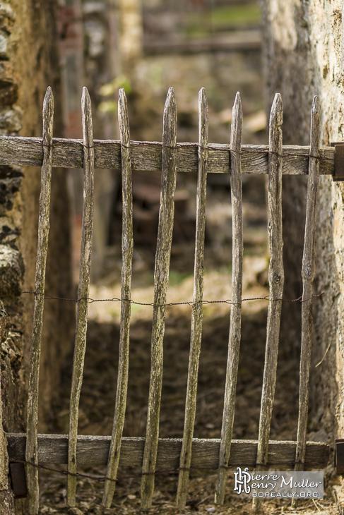 Barrière en bois dans une maison en ruine