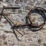 Cadre de vélo rouillé accroché à un mur