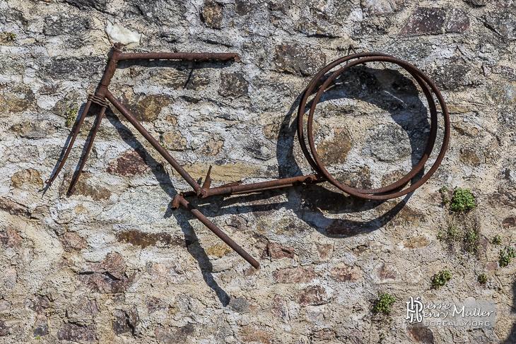 Cadre de v lo rouill accroch un mur boreally - Accrocher velo au mur ...