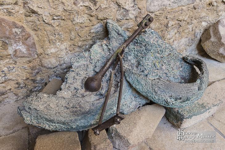 Cloche fondue écrasée au sol dans l'incendie de l'Eglise