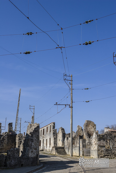 Croisement de caténaire au village martyr d'Oradour