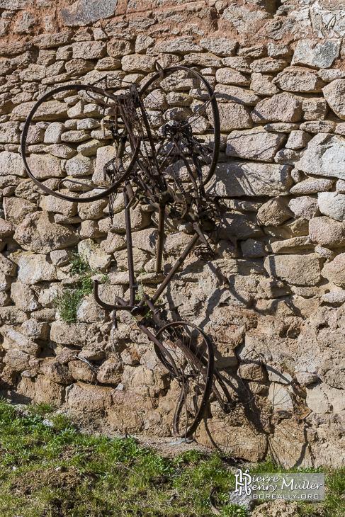 Epaves de vélos accrochés à un mur