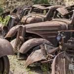 Epaves de voitures rangées côte à côte dans le village en ruine