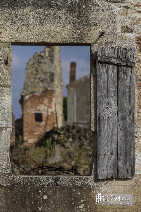 Fenêtre sur les ruines du village