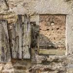 Fenêtre et vieux volet en bois d'une maison en ruine