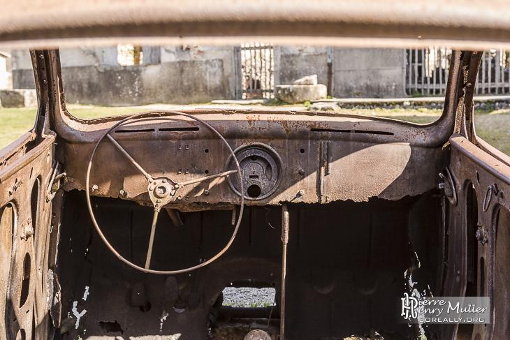 Intérieur de la Peugeot 202 du médecin