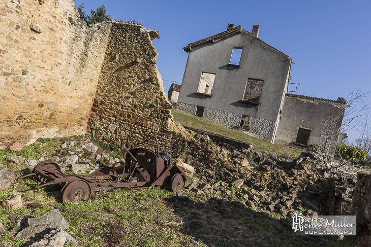 Maison en ruine et épave de voiture