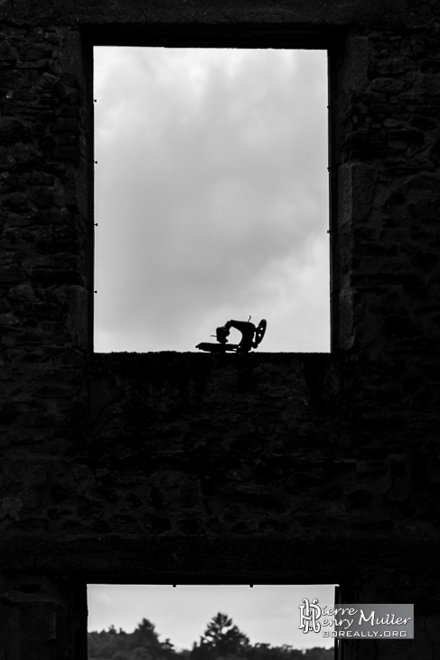 Ombre d'une machine singer au rebord de fenêtre