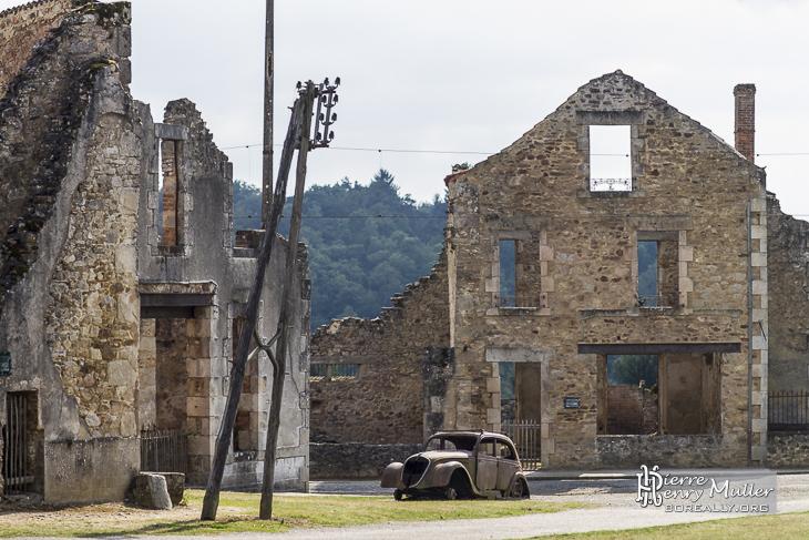 Place du village d'Oradour avec la voiture du médecin