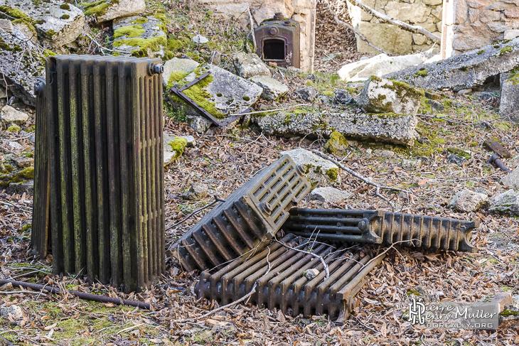 Radiateurs en fonte dans une maison en ruine