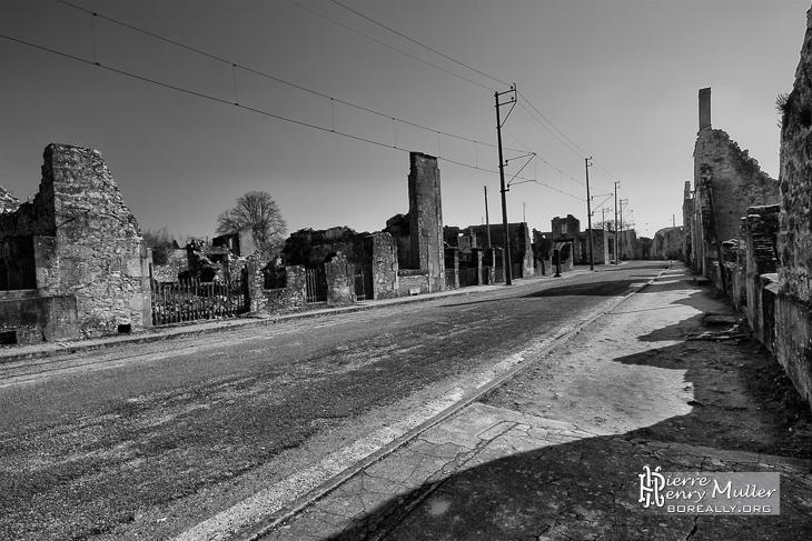 Rue principale d'Oradour sur Glane en noir et blanc