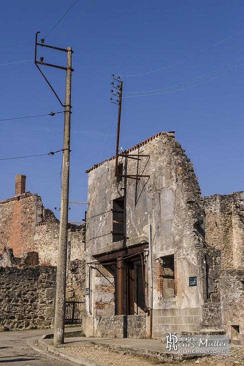 Ruine et câbles électrique à Oradour
