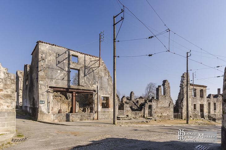 Ruines de maisons et caténaires du tramway