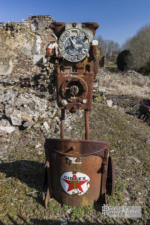 Vieille pompe à essence rouillée