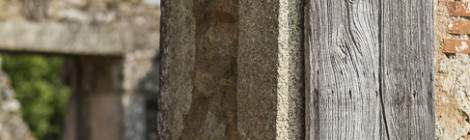 Vieux volet en bois gris séché par le soleil....
