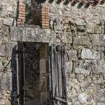 Vieux volets en bois sur une ruine de maison