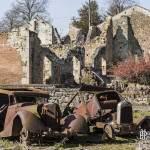 Voitures et village en ruine à Oradour sur Glane
