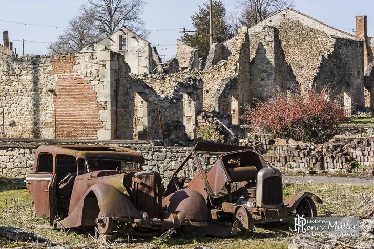 voitures et village en ruine oradour sur glane boreally. Black Bedroom Furniture Sets. Home Design Ideas