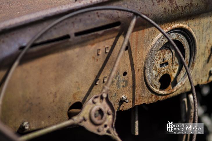 Volant et cadran de la Peugeot 202 du médecin d'Oradour