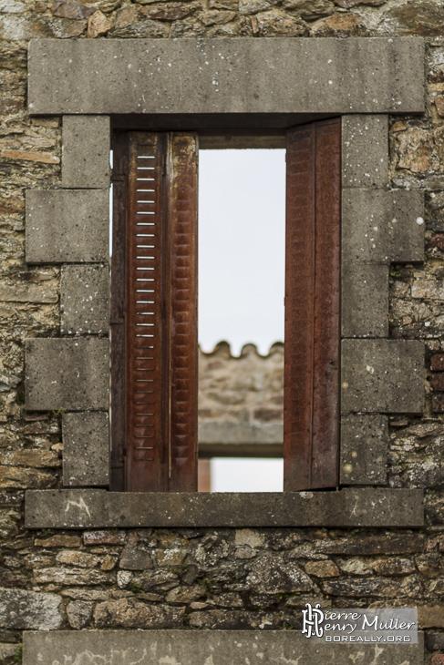 Volets rouillés d'une maison en ruine