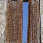 Volets rouillés dans les ruines du village