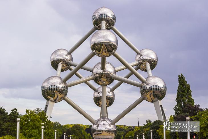 L'Atomium de Bruxelles en symétrie de face en TTHDR