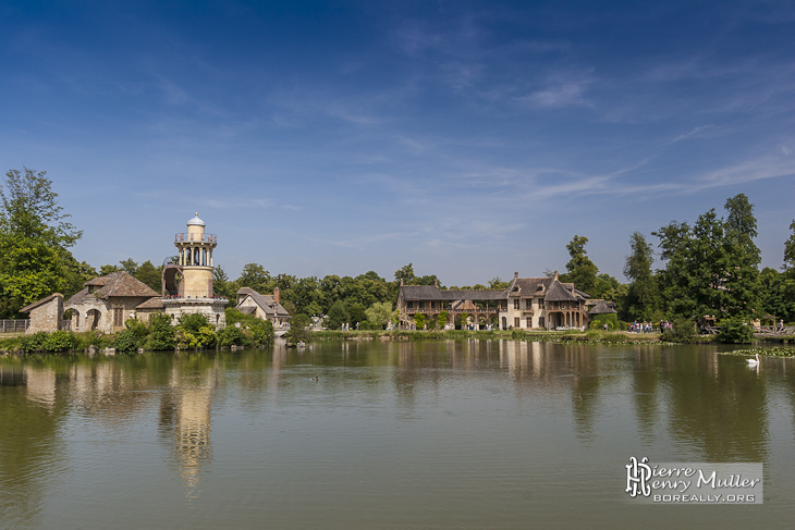 Hameau de la reine Marie-Antoinette et son étang dans le parc du Château de Versailles
