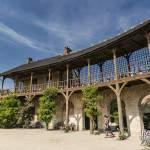 Maison du Billard et la galerie découverte reliant la Maison de la Reine
