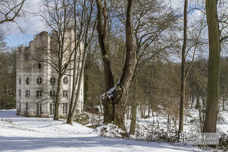 Colonne Détruite dans la forêt de Chambourcy en hiver