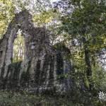 Église gothique en ruine du hameau St-Jaques-de-Retz au Désert de Retz à Chambourcy