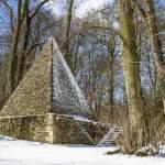 Pyramide glacière sous la neige dans la forêt de Chambourcy