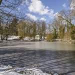 Tente Tartare sous la neige et son étang gelé