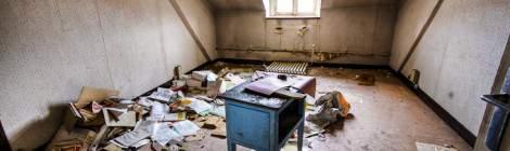 ...Bureau dévasté sous les toits de l'hôpital Richaud en HDR....