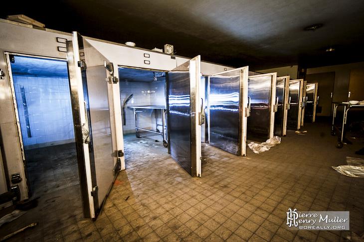 cellule r frig rante de la morgue dans les sous sols de l 39 h pital richaud boreally. Black Bedroom Furniture Sets. Home Design Ideas