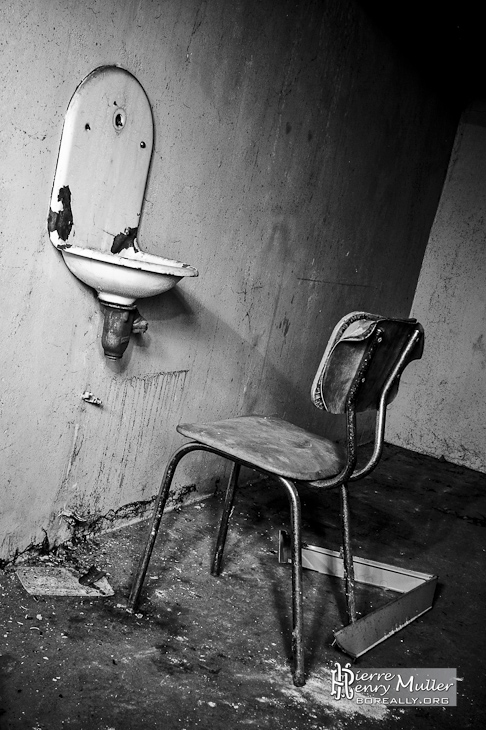 friche-hopital-chaise-lavabo-nb