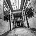 Couloir de l'angoisse à l'hôpital Richaud en HDR N&B