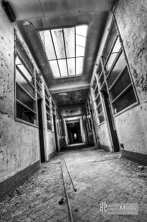 http://www.boreally.org/photographies/friches/friche-hopital-couloir-nb-hdr-angoisse.jpg