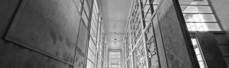 Couloir de grande hauteur à l'hôpital abandonné photo HDR en noir et blanc....
