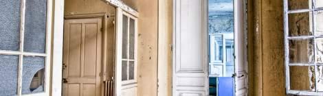 ...Les étages ont de grandes hauteurs sous plafond, ici les portes d'entrée du service maternité de l'hôpital Richaud en HDR....