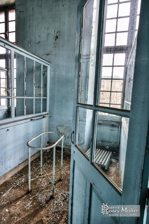 Porte berceau dans une chambre de la maternit en hdr for Pas de chambre 13 hopital