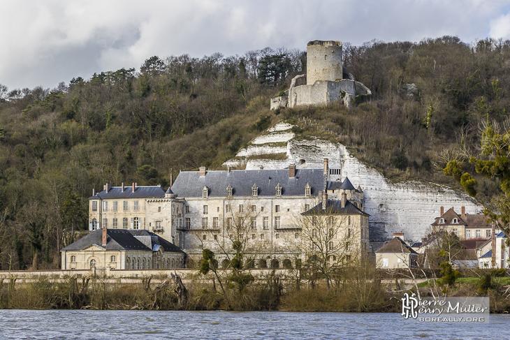 Château de La Roche-Guyon depuis la rive gauche de la Seine