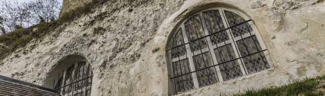 Vue sous les vitraux de la façade de l'Église de l'Annonciation à Haute-Isle, seule Église troglodytique d'Ile-de-France creusé dans les falaises de craie des bords de Seine....