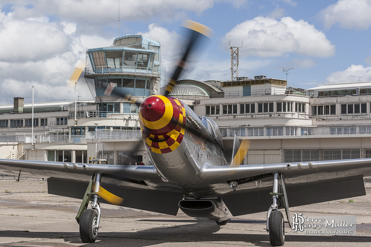North American P-51D Mustang arrivant au parking du Bourget
