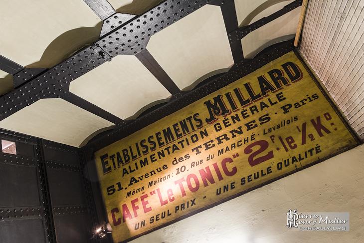 Affichage publicitaire rétro dans le métro à Paris